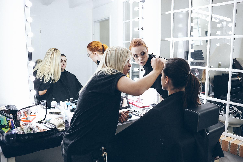Das Make-up muss f?r das Shooting perfekt sitzen und da schaut man auch mal zu zweit genauer nach.